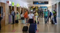 Turistes holandesos fent cua davant de les empreses de lloguer de cotxes que hi ha a l'aeroport