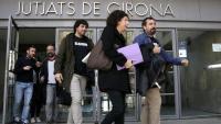 Els alcaldes de Verges i Celrà sortint dels Jutjats de Girona