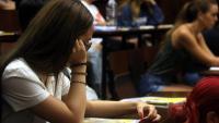Una noia esperant començar l'examen de llengua castellana i literatura de la selectivitat