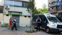 Moment en què els Mossos s'han endut esposat un dels detinguts en el dispositiu policia al barri de la Mina de Barcelona