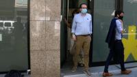 El portaveu del PDeCAT, Marc Solsona, i el responsable de política municipal de la formació Marc Castells surten de la seu del PDeCAT