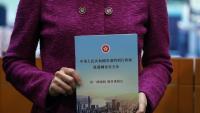 La cap del govern de Hong Kong, Carrie Lam, amb una còpia de la llei de seguretat nacional aprovada per la Xina