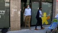 El portaveu del PDeCAT, Marc Solsona, i el responsable de política municipal de la formació, Marc Castells, sortint de la seu el 26 de juny