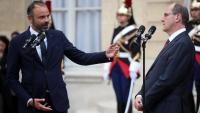 Edouard Philippe, a l'esquerra parla amb el primer ministre entrantJean Castex, a la cerimònia d'ahir a París