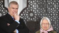 El príncep Andreu, duc de York, amb la seva mare, la reina d'Anglaterra, mirant una cursa de cavalls