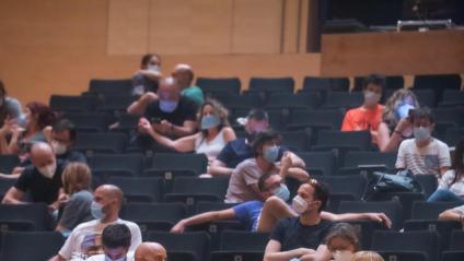 El públic de l'Auditori de Girona, en l'inici, ahir, del reformulat festival Strenes, on The Buzz Lovers van recordar l'històric 'Unplugged' de Nirvana amb motiu del seu vint-i-cinquè aniversari