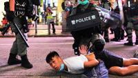 Una de les detencions fetes per la policia durant les protestes a Hong Kong contra la llei de seguretat, l'1 de juliol