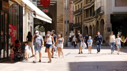 Diverses persones passejant amb mascareta per l'Eix Comercial de Lleida
