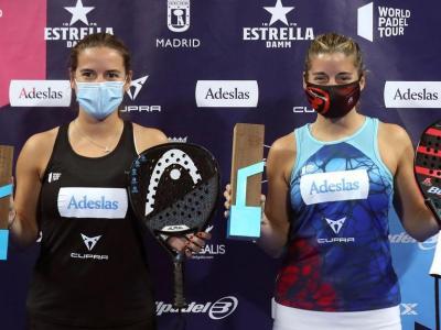 Ari Sánchez, a l'esquerra, i Ale Salazar amb els trofeus de campiones