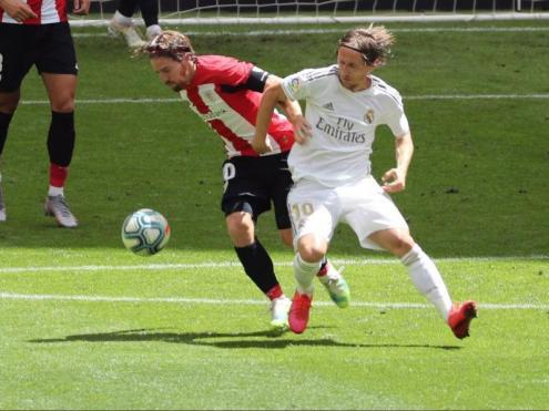 Muniain i Modric, lluitant per una pilota