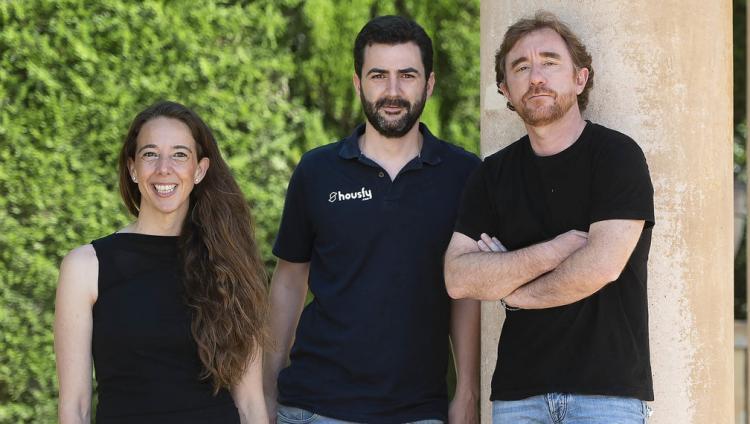 Carlota Pi, Albert Bosch i Sacha Michaud, cofundadors d'Holaluz, Housfy i Glovo, respectivament, en un racó del parc del Laberint d'Horta, a Barcelona.