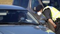 Un agent dels mossos es dirigeix a un conductor