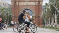 Dues persones en bicicleta a Barcelona