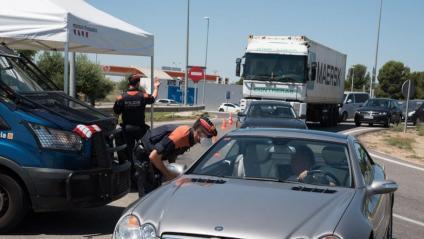 Control de vehicles en un accés a Lleida, ahir, en el primer dia feiner del confinament