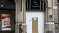 La porta d'un hotel tancat a Barcelona  aquest juliol, que ja no és temporada alta