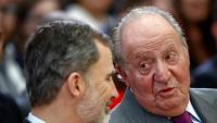 El rei Felip V conversant amb el seu pare, Joan Carles I, en un lliurament de premis l'any passat al Palau del Pardo