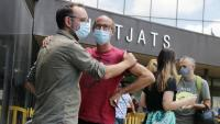 Benet Salellas amb el germà de la víctima davant dels jutjats de Sabadell