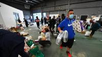 Voluntaris distribueixen productes bàsics en un centre de serveis socials a Melbourne