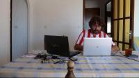 Julià Guillamon passa els estius a Llançà. En la taula de treball amb una samarreta d'Estudiantes de la Plata