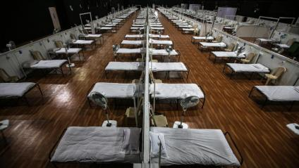 Un pavelló esportiu preparat com a hospital de campanya a Mumbai, a l'Índia