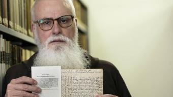 Fra Valentí mostra la carta de comiat que Juníper Serra escriví als seus pares i que actualment es llegeix en la celebració litúrgica del sant