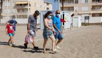 Un grup de banyistes accedint ahir a la platja del Vendrell