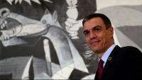 El president del govern espanyol, Pedro Sánchez, al costat del Guernica