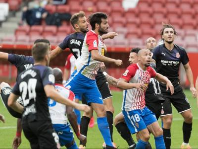 Els jugadors del Girona disputen una pilota aèria en l'últim partit a El Molinón