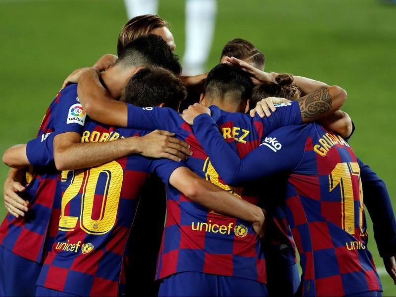 Els jugadors del Barça celebren el gol de Suárez.
