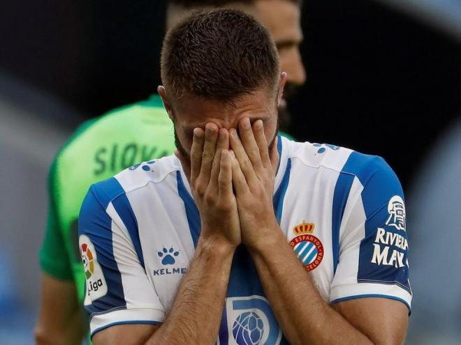 David López es posa les mans a la cara després de l'última derrota de l'Espanyol a casa contra el Leganés