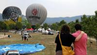 Una parella d'esquenes observa com s'inflen els globus a Igualada