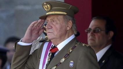 El rei emèrit, Joan Carles, en una imatge d'arxiu durant una desfilada militar