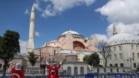 Dues manifestants proturques celebren la decisió de tornar a convertir en mesquita l'actual museu