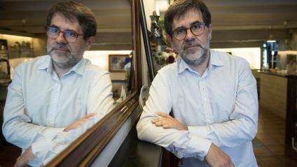 Jordi Sànchez, reflectit en un mirall, en el local on El Punt Avui ahir hi va mantenir la conversa