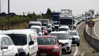 Cues de vehicles per accedir a Lleida a l'alçada de la rotonda dels Alamús