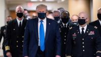 El president dels EUA, Donald Trump, per primer cop amb mascareta durant una visita a un hospital militar prop de Washington