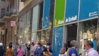 Usuaris fent cua ahir al matí a les portes de l'oficina de Treball al carrer Sepúlveda de Barcelona
