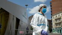 Una sanitària surt de la carpa provisional instal·lada davant del CAP Prat de la Riba de Lleida