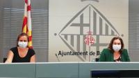 D'esquerra a dreta, la regidora de Salut, Envelliment i Cures de l'Ajuntament de Barcelona, Gemma Tarafa, i l'alcaldessa, Ada Colau, durant la roda de premsa d'avui