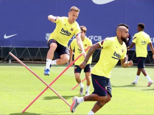 Arthur durant l'entrenament d'ahir. A prop seu, Arturo Vidal i Riqui Puig