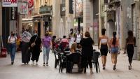 Diverses prsones caminen pel centre de Lleida