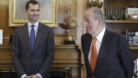 Felip de Borbó amb el seu pare, el rei Joan Carles I , al Palau de La Zarzuela, a Madrid, en una imatge d'arxiu del 2014