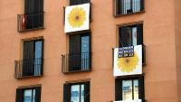 Un pis amb un cartell de lloguer al balcó