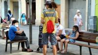 Un agent cívic informant a la plaça Espanyola de l'Hospitalet