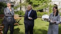 Boris Johnson parla amb dos infermers que el van cuidar quan va estar ingressat a l'hospital Saint Thomas, afectat per la Covid