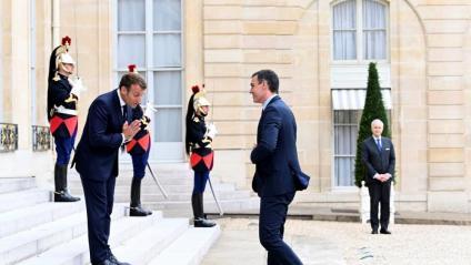 Emmanuel Macron rep Pedro Sánchez a la seva arribada al Palau de l'Elisi