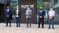 El conseller Jordi Puigneró, els doctors Bonaventura Clotet i Oriol Mitjà, el director del CIDAI Marc Torrents, i el director de 5G a la Mobile World Capital Eduard Martín, davant la seu d'Eurecat