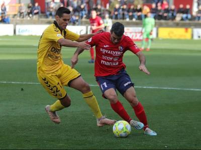 Una acció de l'últim partit de lliga que van disputar l'Olot i el Badalona el curs passat