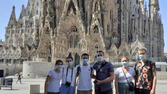 L'Omar i l'Edward , amb els seus amics, a la Sagrada Família