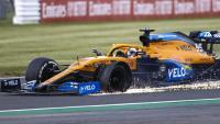 Carlos Sainz amb la roda esquerra del davant punxada